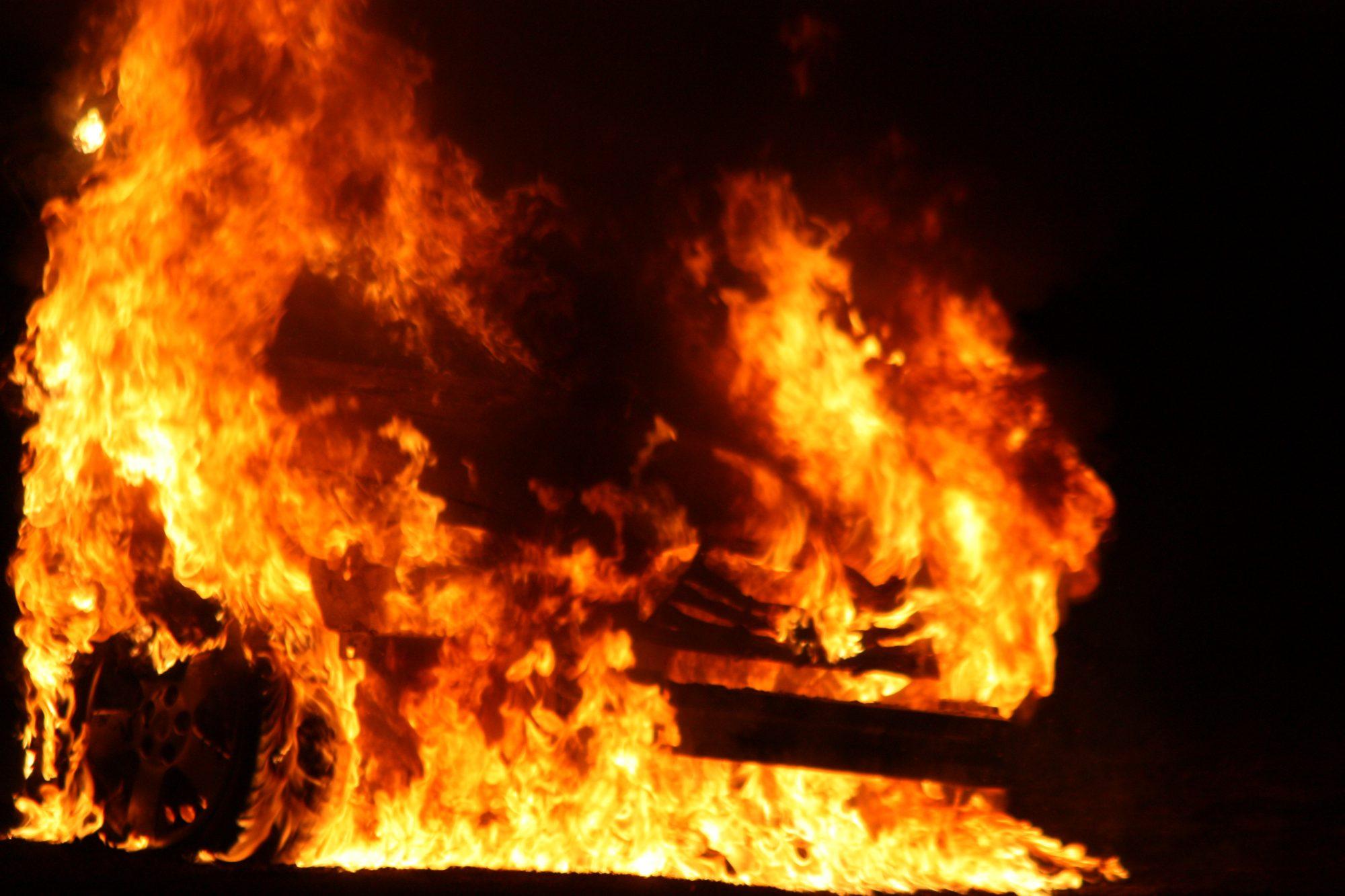 Zeven auto's in brand op Van Aalstweg