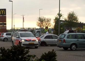 Politie onderzoekt verdachte auto bij McDonalds