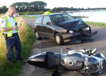 Aanrijding motor en auto op Zuiderdijk Venhuizen [+foto's]