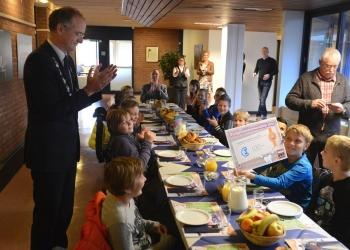 Kinderen De Tweemaster ontbijten met burgemeester Hoorn