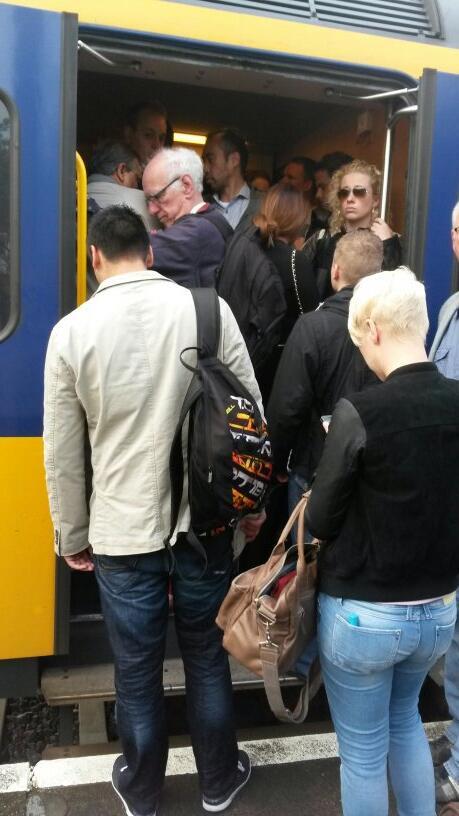 Perron Hoorn: kiezen overvolle trein of trein later