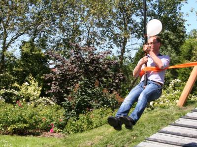 Wethouder Ton Schuitemaker opent kabelbaan in park De Woid