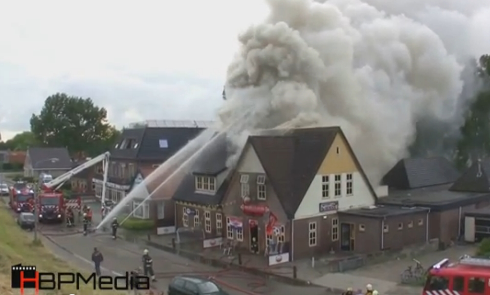 Cafe de Bierkaai in Andijk door brand verwoest