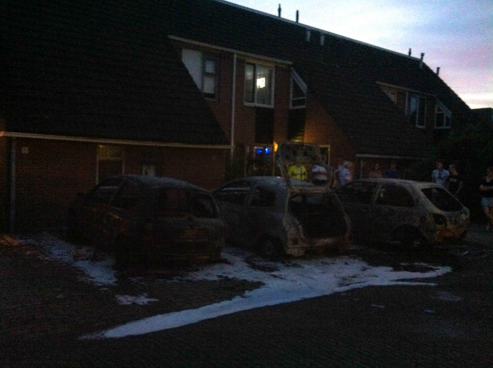 Drie auto's in vlammen op naast huizen Kostertuin Zwaag