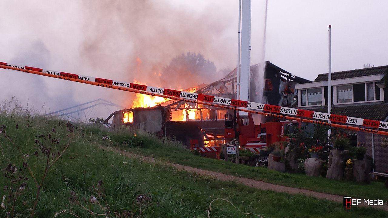 Grote brand B&B Onderdijk, asbestdeeltjes in Nesbos [foto's] Update