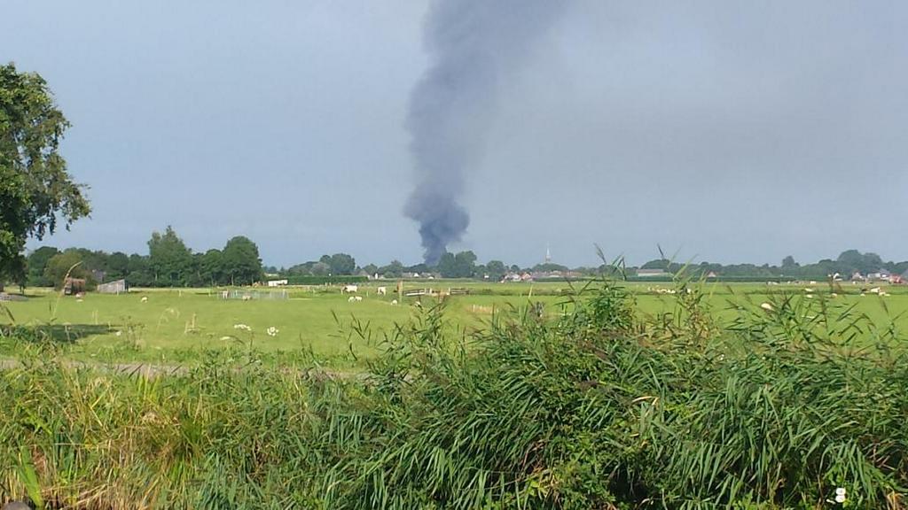 Grote brand in veeschuur aan de Gouwe in Hoogwoud