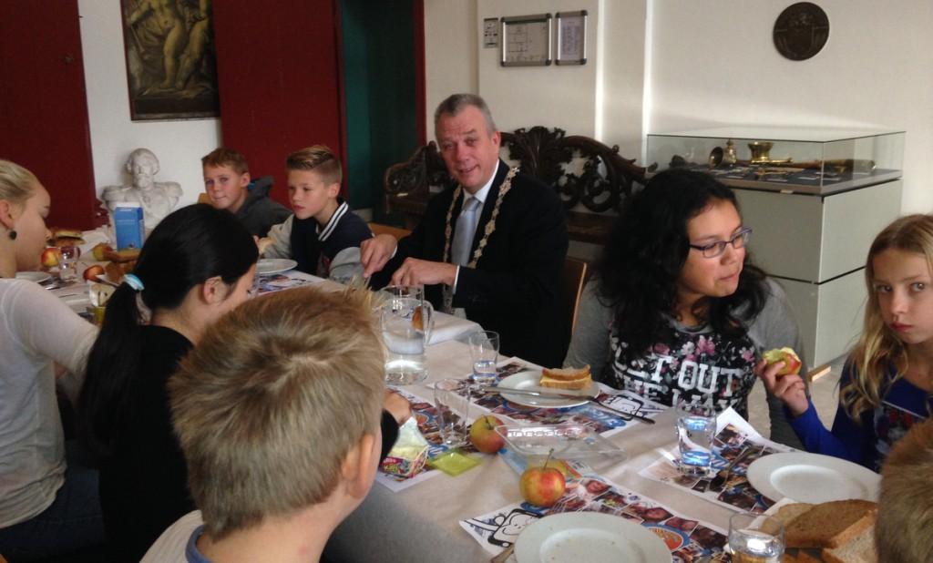 Kinderen ontbijten met burgemeester Enkhuizen