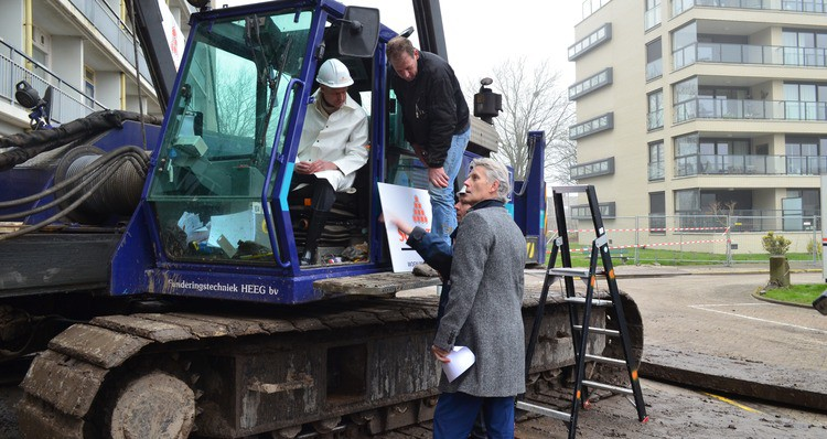 Minister Blok slaat eerste paal appartementencomplex Kaap Hoorn