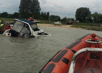 Motorjachtje maakt water; opvarenden gered
