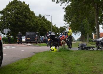 Aanrijding fietser en auto bij winkels Klaverweide Zwaagdijk