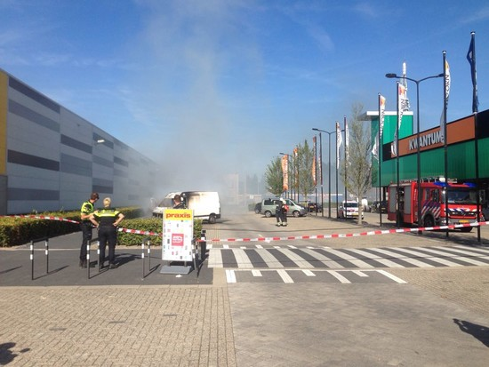 Bestelbusje in brand naast Praxis in Hoorn
