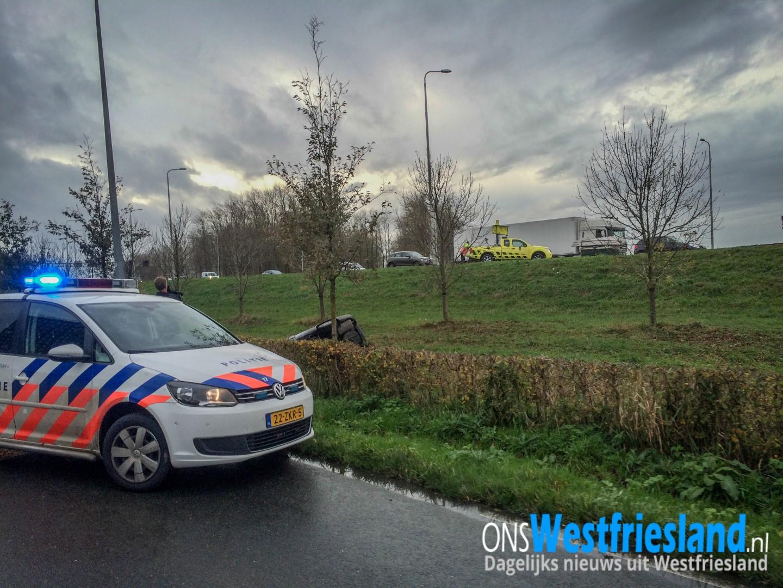 Auto belandt in greppel naast A7 bij Westfriese Parkweg