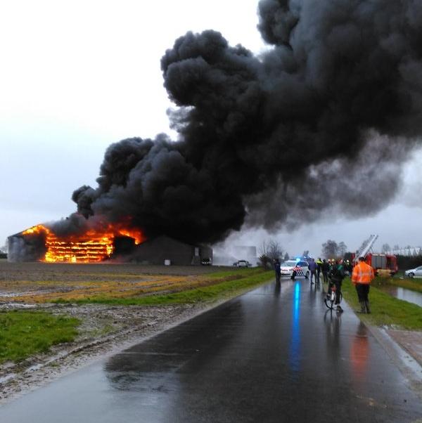 Grote brand aan de Vleetweg in Andijk (update + video)