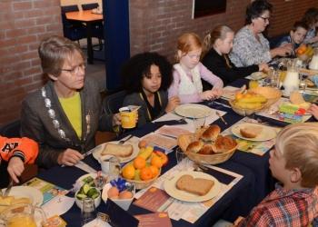 Leerlingen De Tweemaster ontbijten met burgemeester