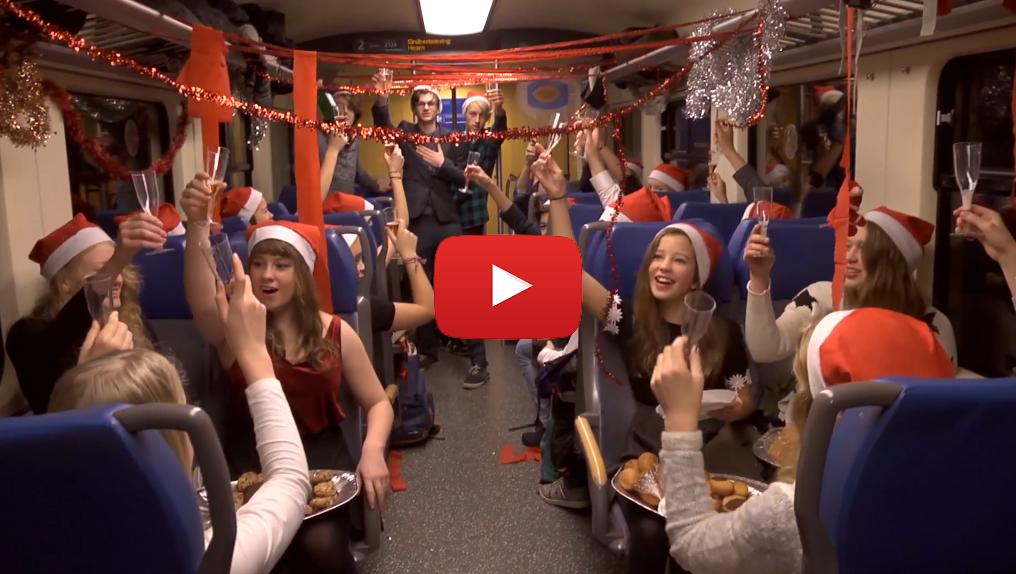 Scholieren vieren kerstontbijt in trein Hoorn-Alkmaar [video]