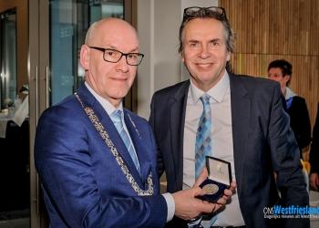 Erepenning bij afscheid verbinder burgemeester Van der Riet