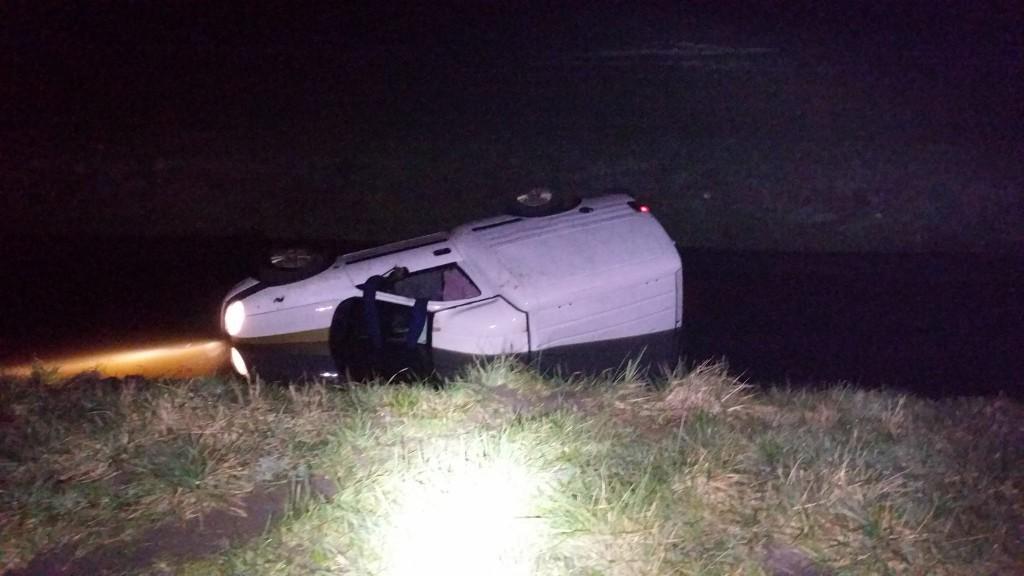 Auto in de slip en in de sloot door modder op de weg