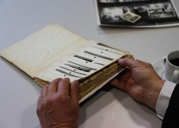 Het negatievenboekje met daarin de negatieven van de foto's die Jan Osinga sr. tijdens de oorlogsjaren in Hoorn maakte.