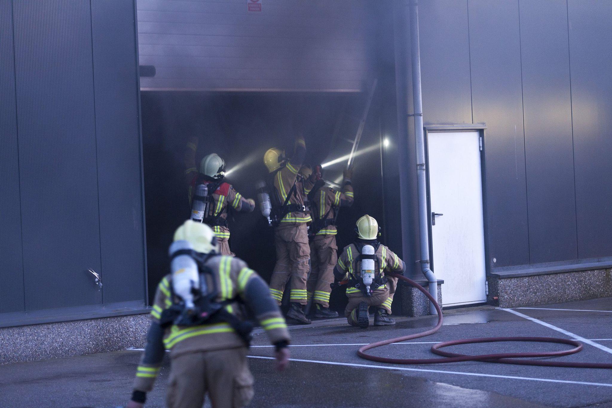 Flinke rook na binnenbrand Triumph Centre Zwaagdijk-Oost (video)