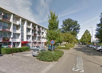 Man valt drie hoog van balkon in Hoornse wijk Grote Waal