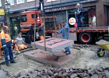VOC-logo weer terug op Grote Noord in Hoorn