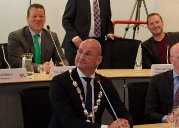 """Burgemeester Hoorn: """"Nodig mij uit aan uw tafel"""""""