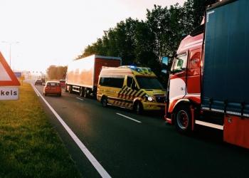 Kop-staart aanrijding vrachtwagens op Westfrisiaweg