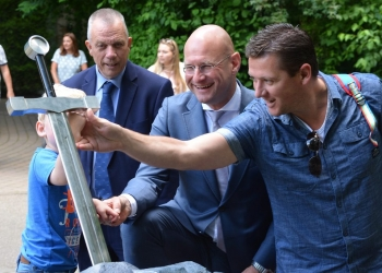 Burgemeester Jan Baas laat nieuwe collega Enkhuizen zien