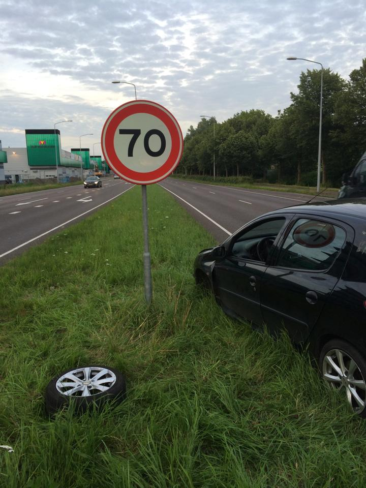 Auto met afgebroken wiel deels op rijweg Provincialeweg