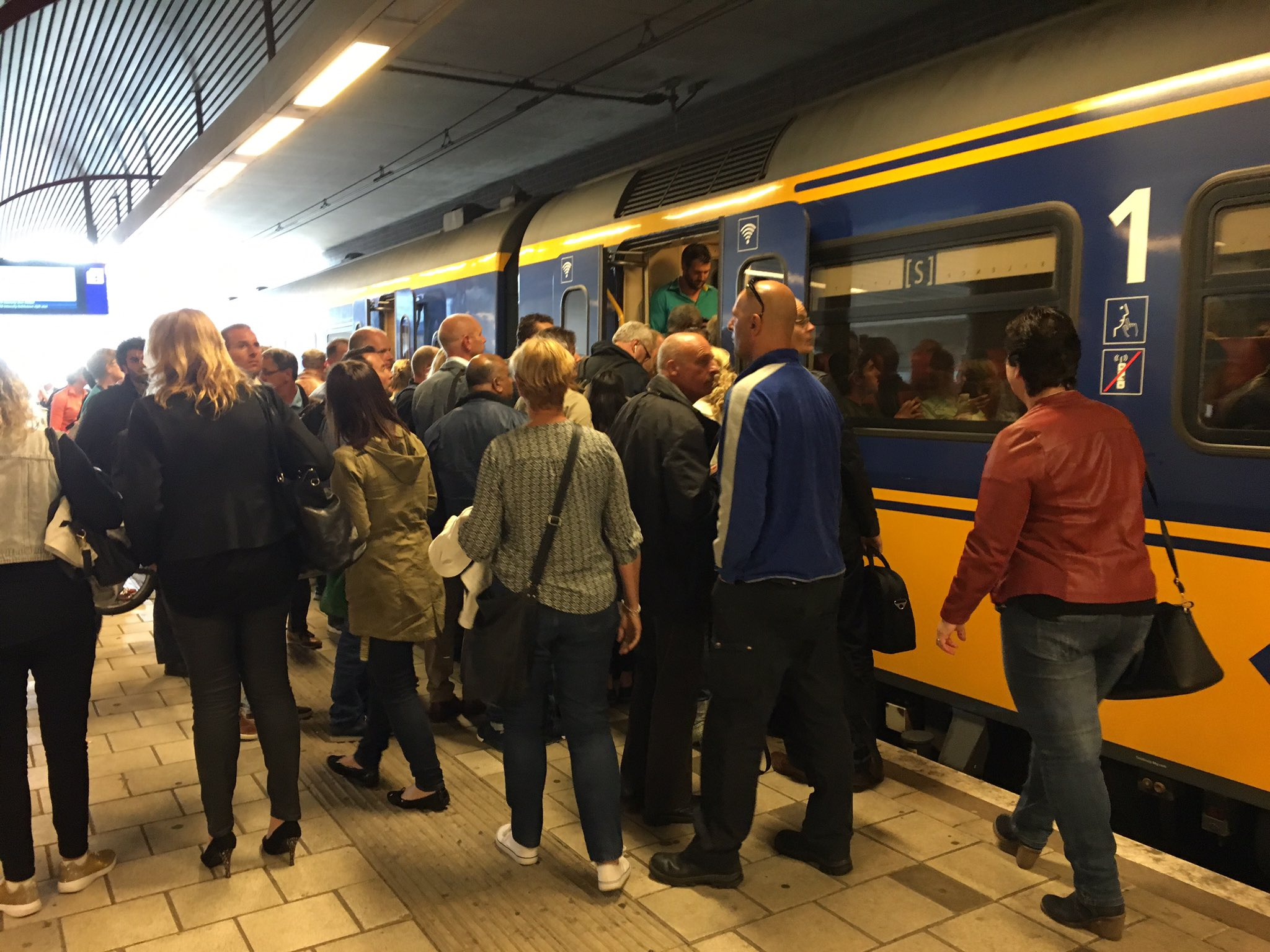 Passagiers blijven achter op perron; Trein overvol
