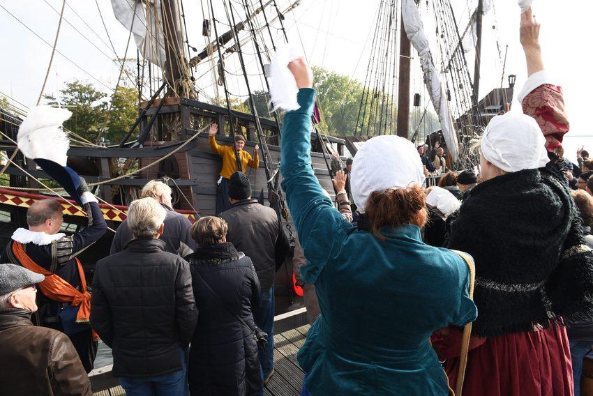 Halve Maen uitgezwaaid in Hoorn en verwelkomd in Enkhuizen