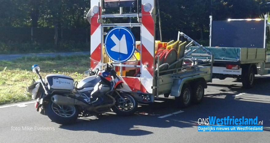 Motoragent botst op rijdende afzetting
