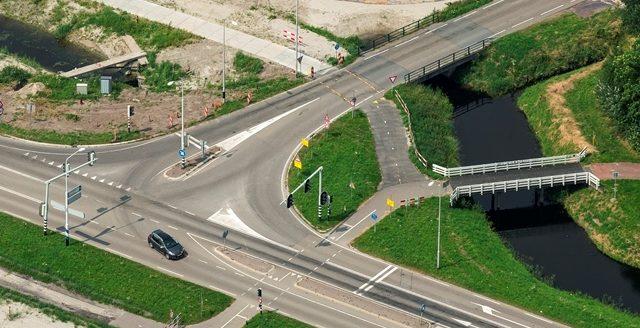 Inzet verkeersregelaars voor veilige fietsoversteek Raadhuislaan
