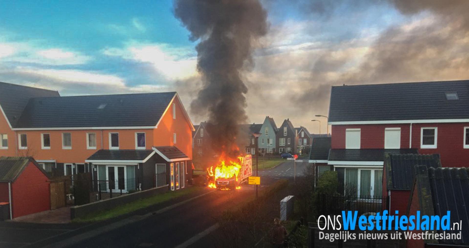 Bezorgauto Noppes compleet uitgebrand in woonwijk Zwaag