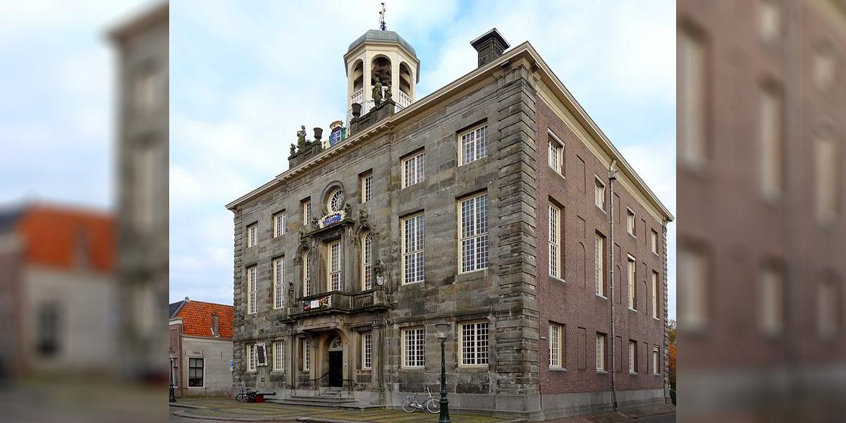 Burgemeester Baas van Enkhuizen overhandigt sleutel aan politie