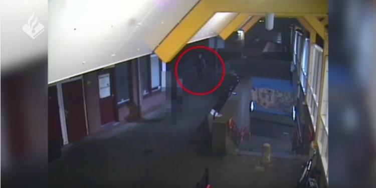 Wie herkent deze dader van geweldadige straatroof op man (22) uit Zwaag