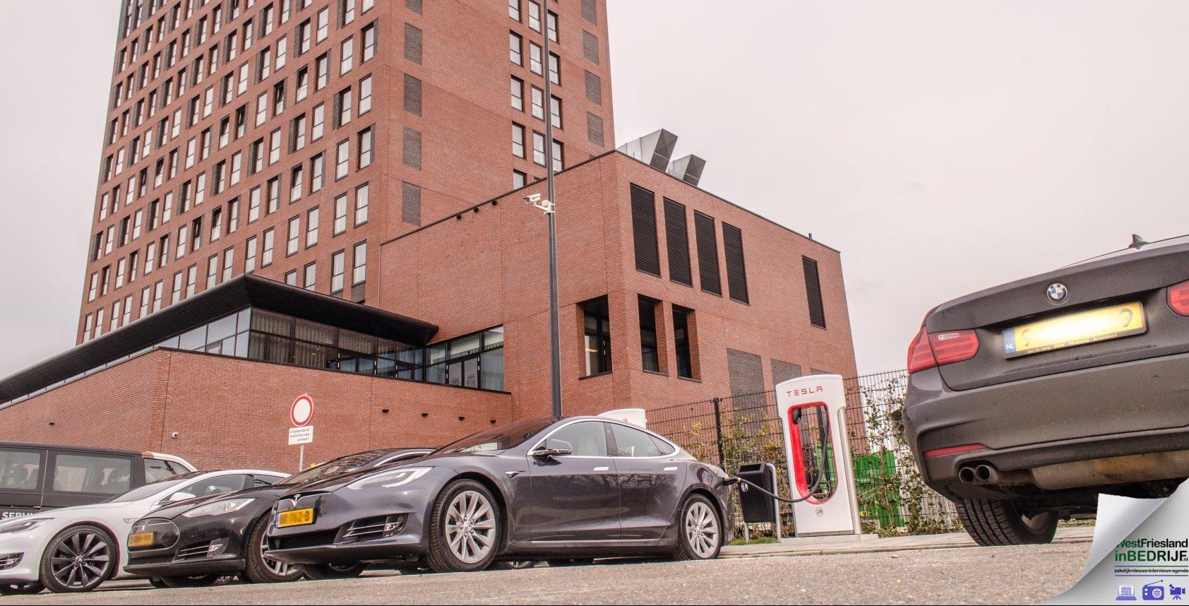 Tesla Superchargerstation bij Van der Valk Hoorn
