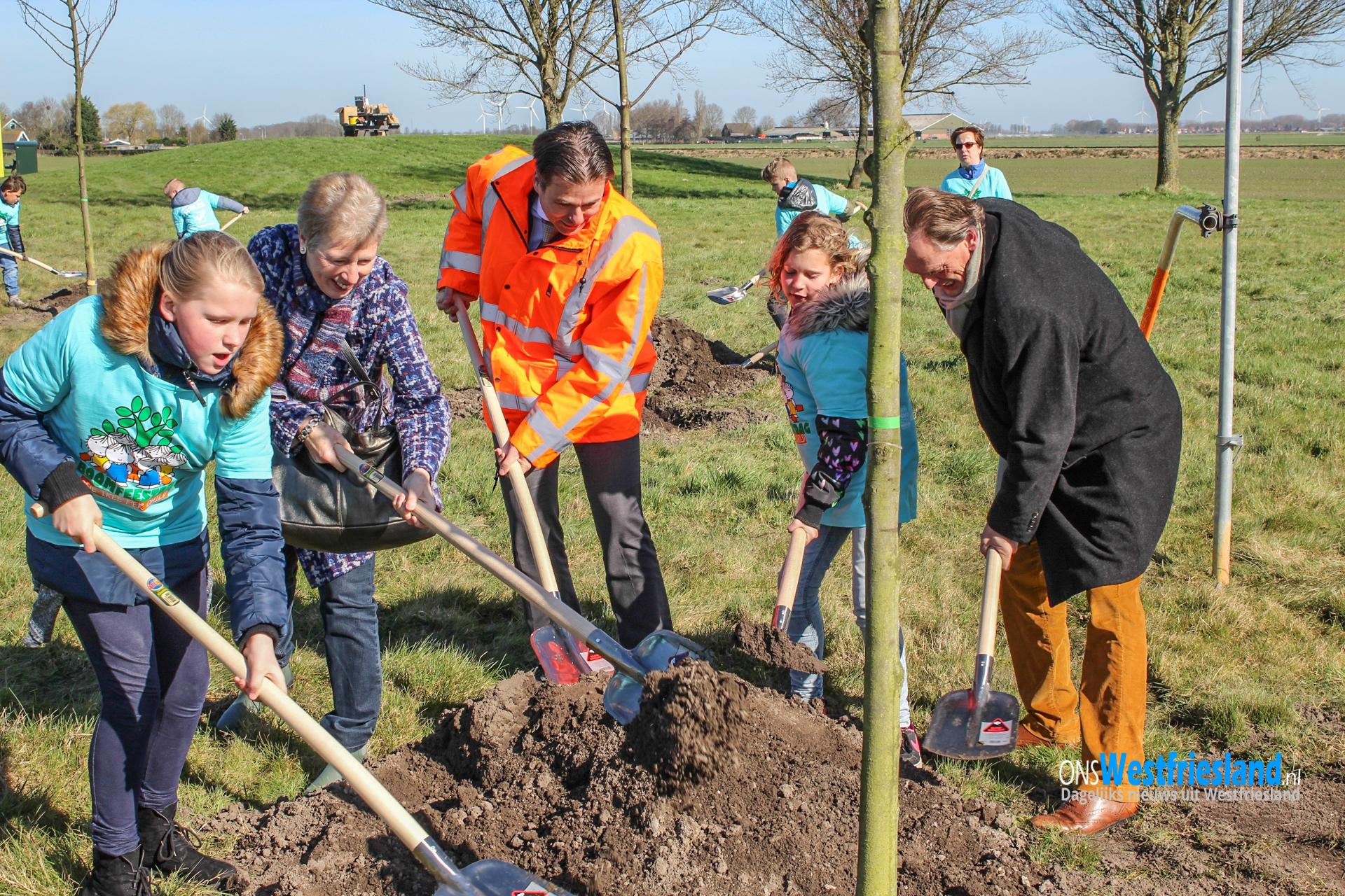 Kinderen in Abbekerk planten 12 bomen en een tijdcapsule