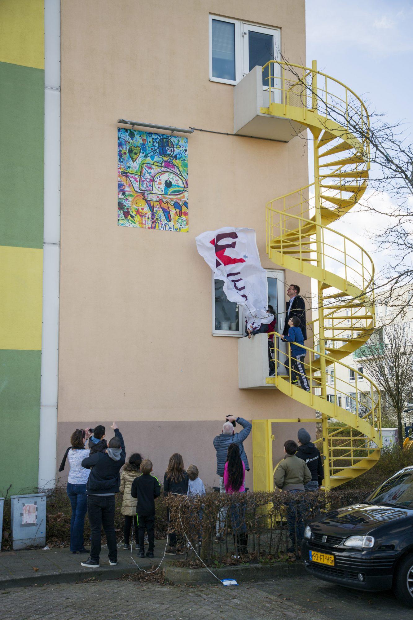 Kleurrijk kunstwerk siert flats Westfriese Hof