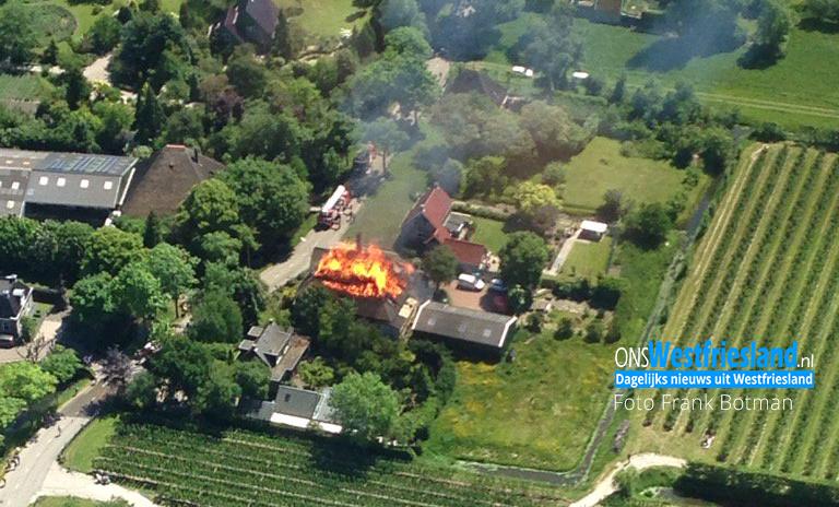 Grote brand woonboerderij met rieten dak in Schellinkhout