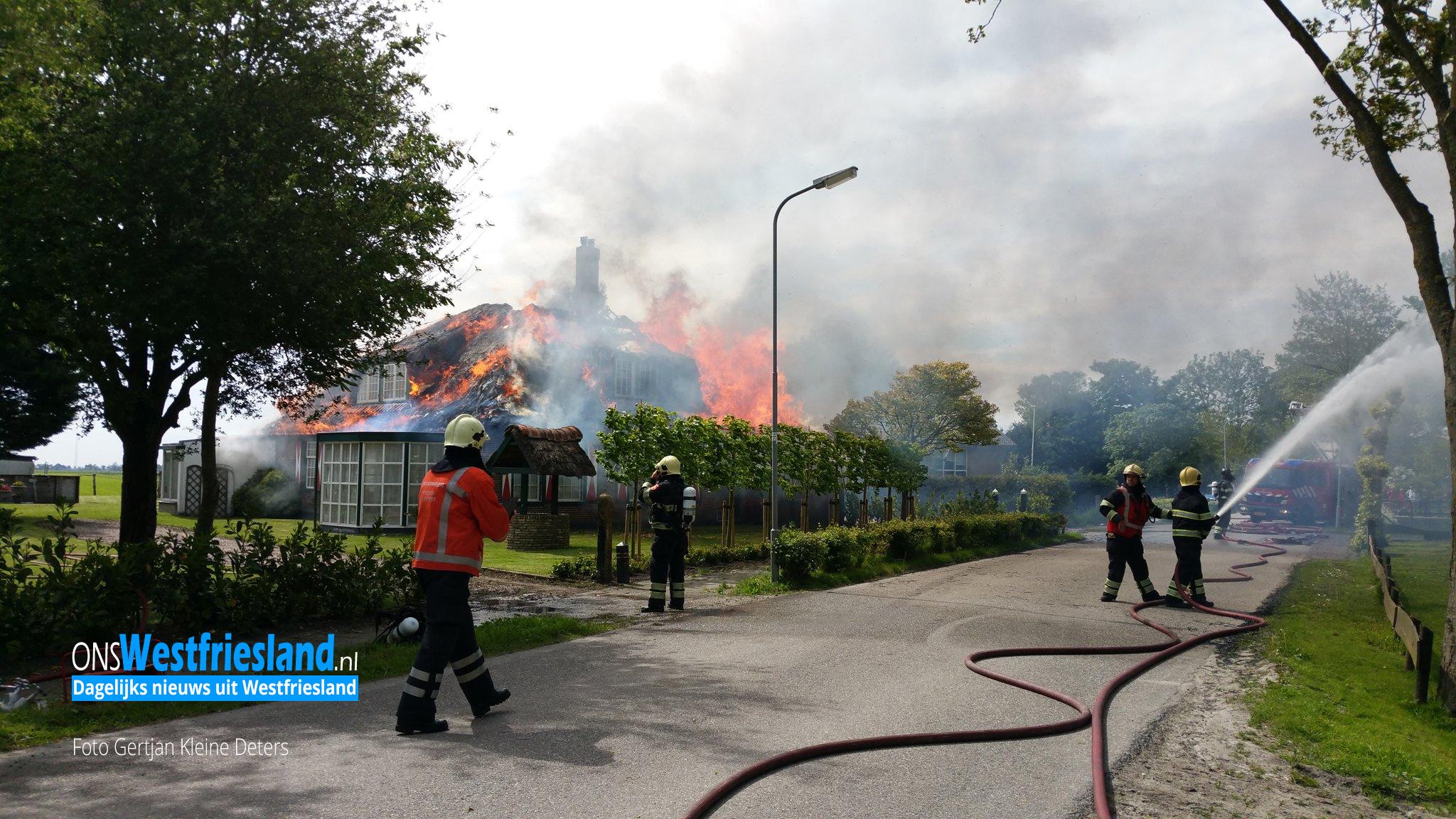 Grote uitslaande brand in woonboerderij in Sijbekarspel
