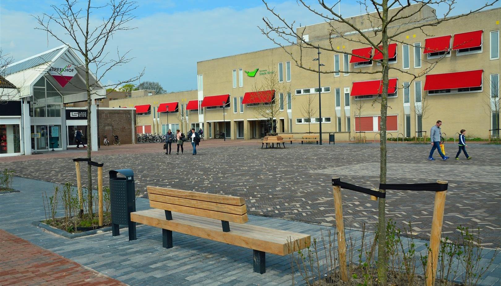 Feestelijke opening nieuwe plein in Stede Broec