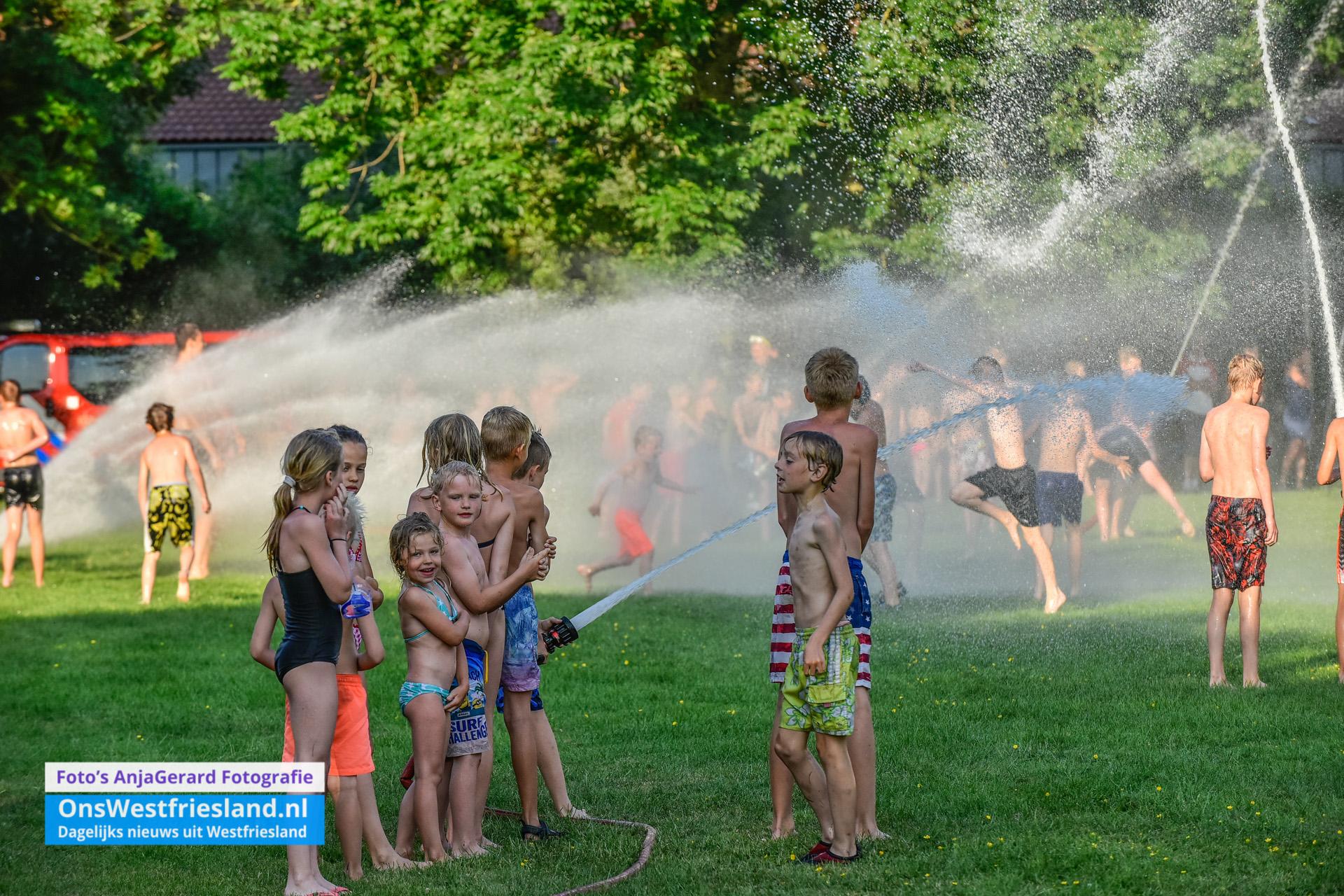 Brandweer Wervershoof zorgt voor waterpret (foto's)