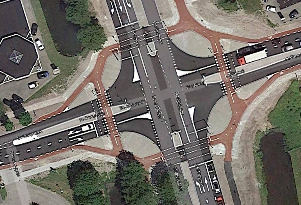 Auto rijdt door na aanrijding met fietsster op kruising in Zwaag