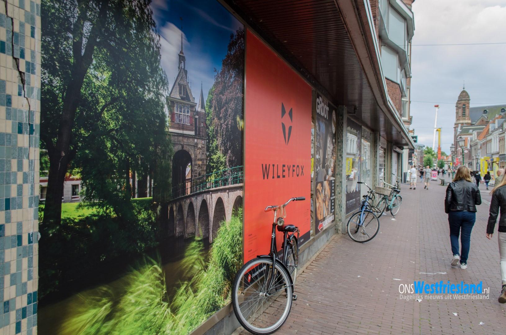 Posters en foto's verfraaien oud pand V&D in binnenstad Hoorn
