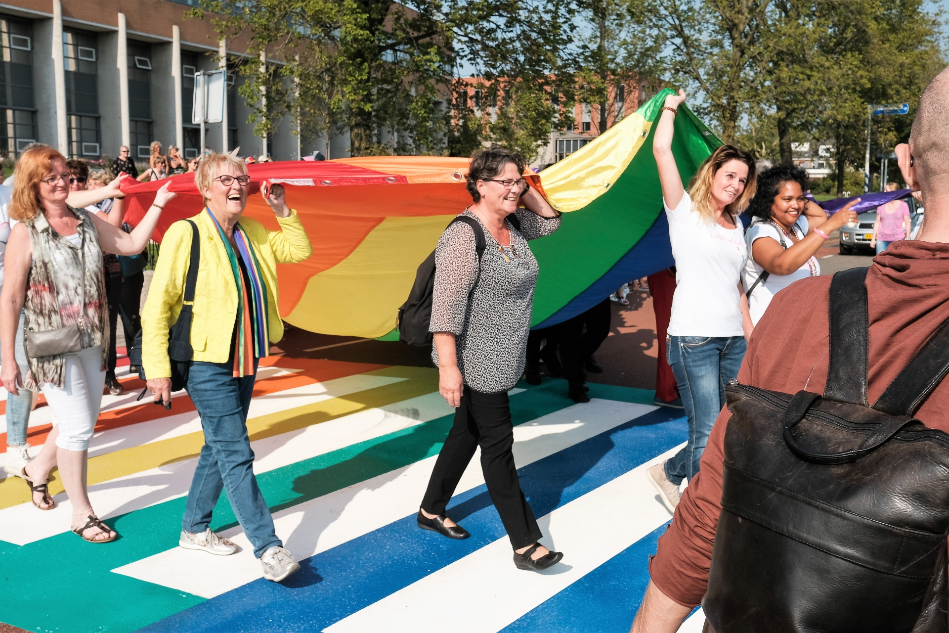 Trots van Regenboogzebrapad naar feest Roze Maandag op Kermis Hoorn