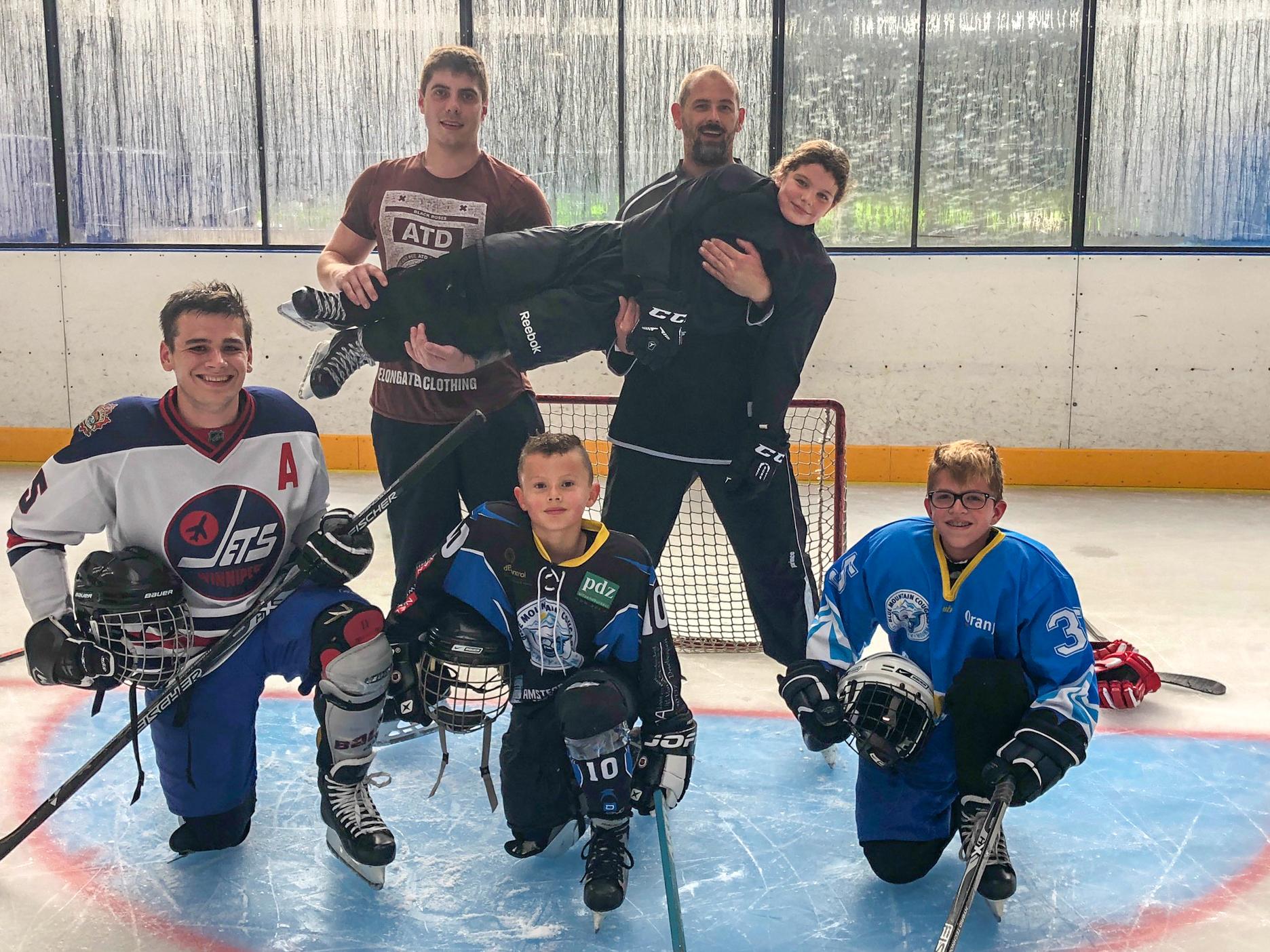Kinderen leren ijshockeyen bij de Blue Mountain Cougars