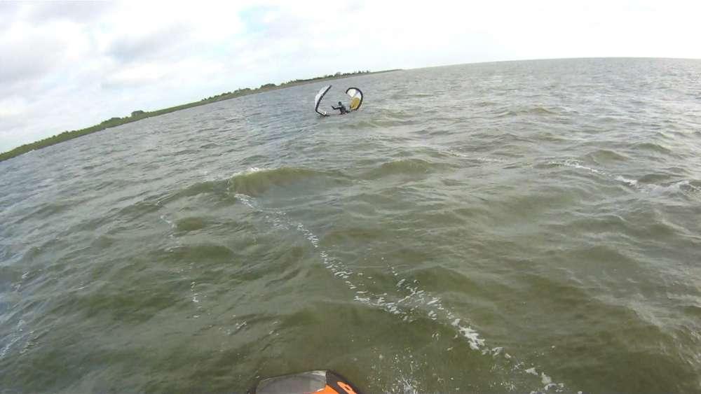Twee kitesurfers uit het water gered