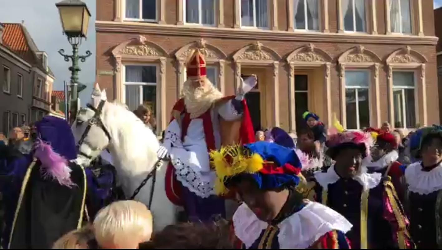Sinterklaas en zijn Zwarte Pieten aangekomen in Hoorn [video]