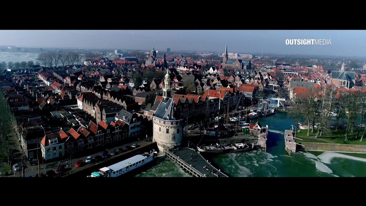 Prachtige winterse drone video van Hoornse haven en kruiend ijs
